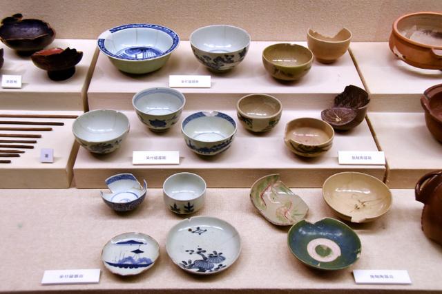 明石城の城下町で出土した江戸時代の食器など=兵庫県明石市