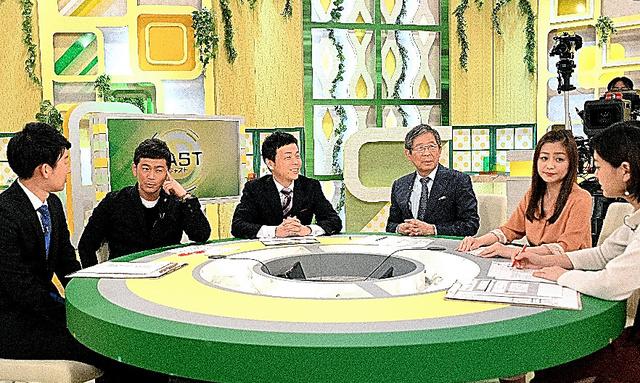 この日は報道・情報番組「キャスト」に出演(右から3人目が本人)=大阪市の朝日放送テレビ、堀内義晃撮影