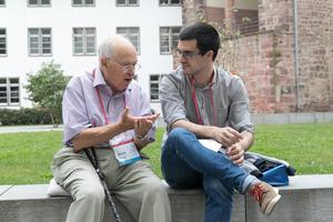 若手数学者と議論をするマイケル・アティヤ氏=2016年、ドイツ・ハイデルベルク (C)Heidelberg Laureate Forum Foundation