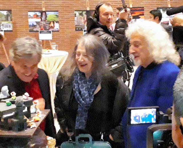 公演後のレセプションで仲間と談笑するアルゲリッチさん(中央)=ローマ、中村俊介撮影