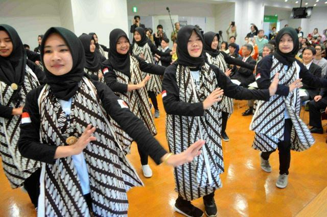 インドネシアの踊りを披露する技能実習生たち=塩釜市
