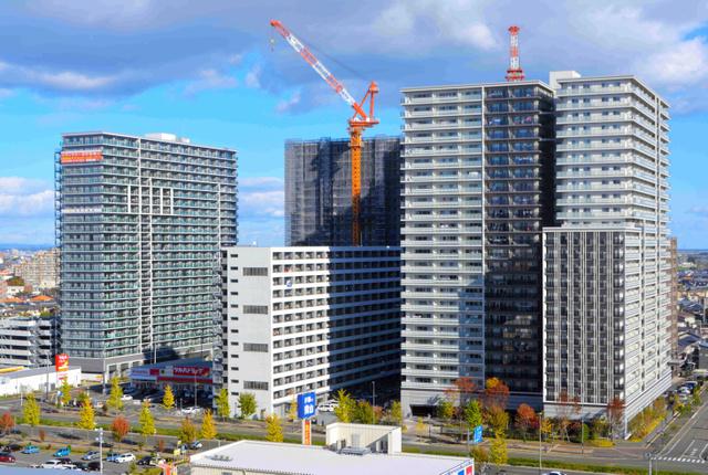三方を24階建てマンションに囲まれた、13階建ての「あすと長町復興公営住宅」(中央)。右が南、奥が東=仙台市太白区あすと長町