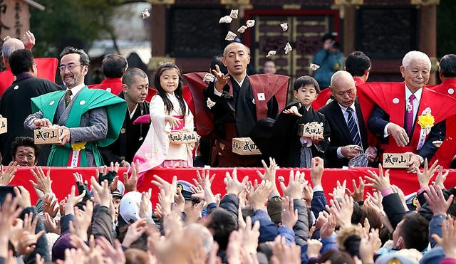成田山節分会で豆をまく市川海老蔵さん(右から4人目)や長男の堀越勸玄さん(同3人目)ら
