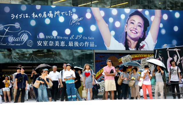 安室奈美恵さんの「ファイナルツアー」ライブDVDなどの街頭広告=2018年8月27日、東京・渋谷、林紗記撮影