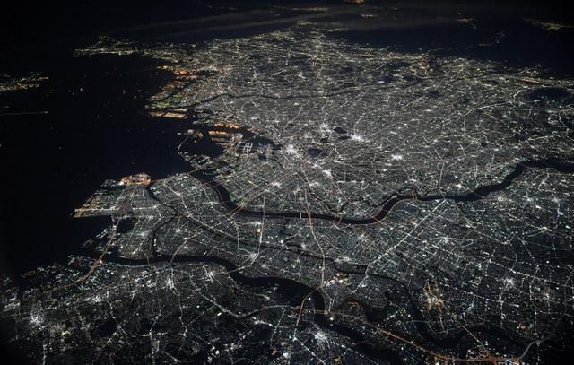 都心のギラギラした明るさが和らぎ、暗かった郊外にも明かりがまんべんなく広がっている首都圏の夜景=2019年2月2日夜、千葉県上空、朝日新聞社機から、加藤諒撮影