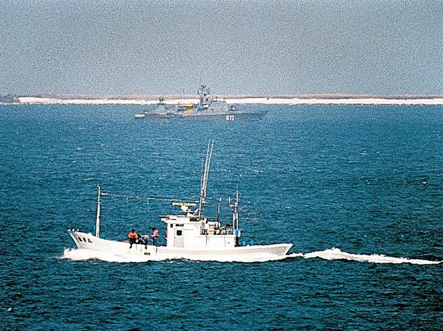 日本漁船(手前)の操業を監視するソ連国境警備隊の警備艇=1986年4月、北海道根室市の納沙布岬沖、本社機から
