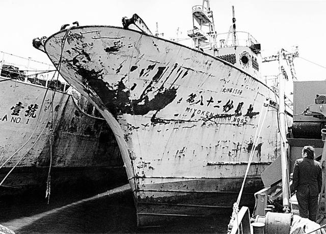 国後島には、拿捕(だほ)された日本漁船が使われた形跡もなく放置されていた=1991年春