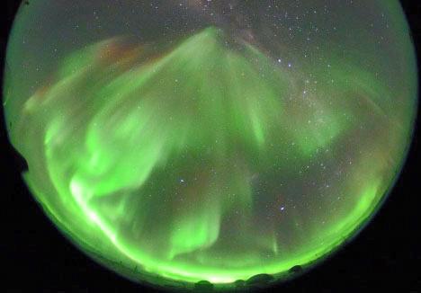 爆発的に活動が活発になった南極のオーロラ=2017年6月30日、南極・昭和基地、国立極地研究所撮影