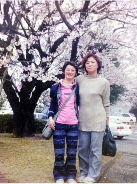 可児佳代さんと妙子さん(左)。妙子さんが亡くなる前年の2000年4月の花見で=佳代さん提供