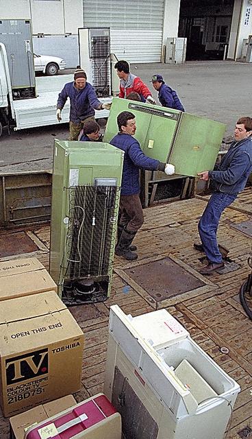 北方水域で捕ったカニを売った収入で、ロシア人は日本の中古電化製品などを買い込んでいた=1992年4月、北海道根室市の花咲港