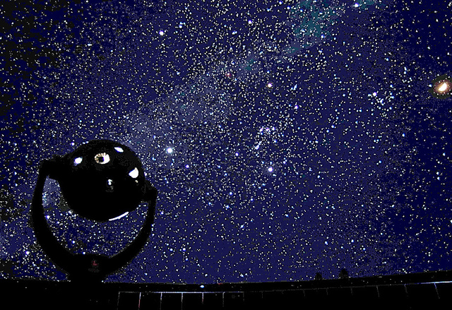 プラネタリウムが映し出す3月11日の星空。中央にオリオン座がある=「星よりも、遠くへ」から。仙台市天文台提供