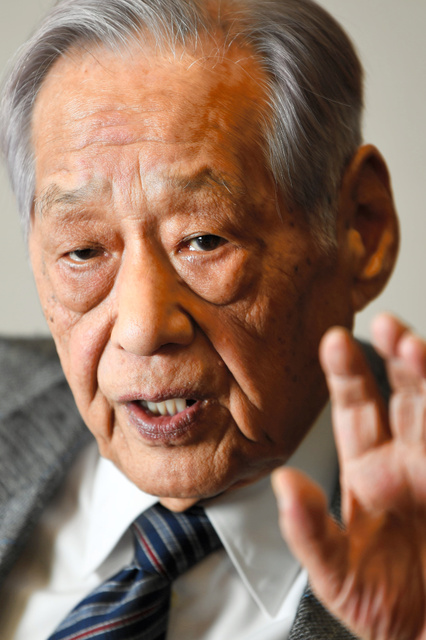 インタビューで記者の質問に答える河谷禎昌さん=2018年4月23日午前、札幌市中央区、白井伸洋撮影