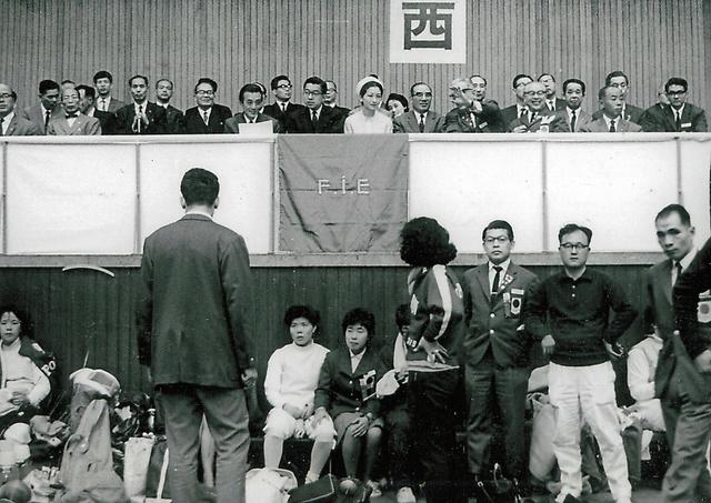 フェンシング競技を観覧する皇太子ご夫妻(当時)。壇上右端の眼鏡の男性が西田陽子さんの父、村田文夫さん=1964年10月、東京都新宿区の早稲田大学記念会堂、西田さん提供