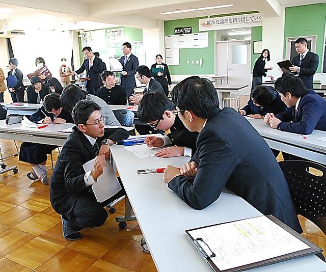 生徒たちは、担任教諭や弁護士らのアドバイスを受けながら、自分の意見とその根拠を考えた=岐阜市