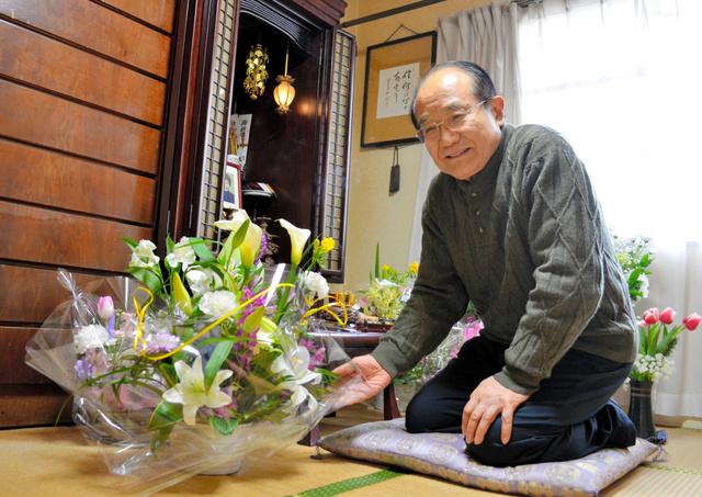 「仏壇の前が花で華やぐのはありがたい。妻は花が好きだったから」。医療事故にかかわった看護師から届いた花を手にする永井裕之さん=2019年2月11日、千葉県浦安市、大久保真紀撮影