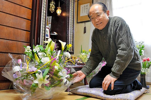 看護師から届いた花を手にする永井裕之さん=2019年2月11日、千葉県浦安市