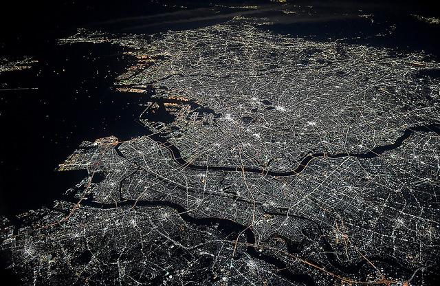 都心のギラギラした明るさが和らぎ、暗かった郊外にも明かりがまんべんなく広がっている=2日夜、千葉県上空、本社機から、加藤諒撮影