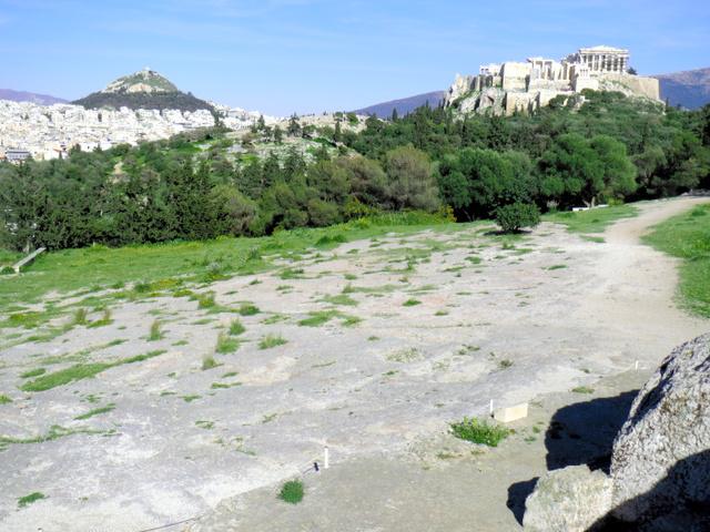 古代ギリシャの民会が開かれたプニクスの丘。発言者はこの場所に立ち、民衆に呼びかけた=アテネ