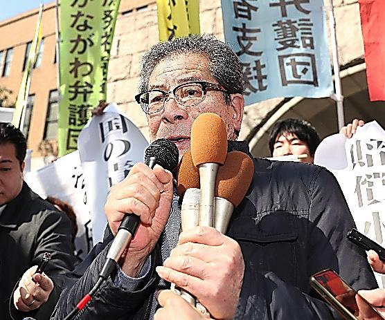 判決後、横浜地裁前で思いを語る原告団長の村田弘さん=20日午前、横浜市中区、池田良撮影