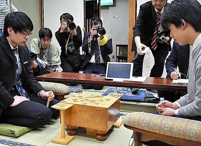 近藤誠也五段(左)が藤井聡太七段に勝ち、順位の差で1番手になった=いずれも大阪市福島区