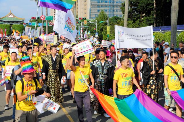 台北市で昨年10月にLGBTの人々らが行ったパレードでも、同性婚の法制化が呼びかけられた=西本秀撮影