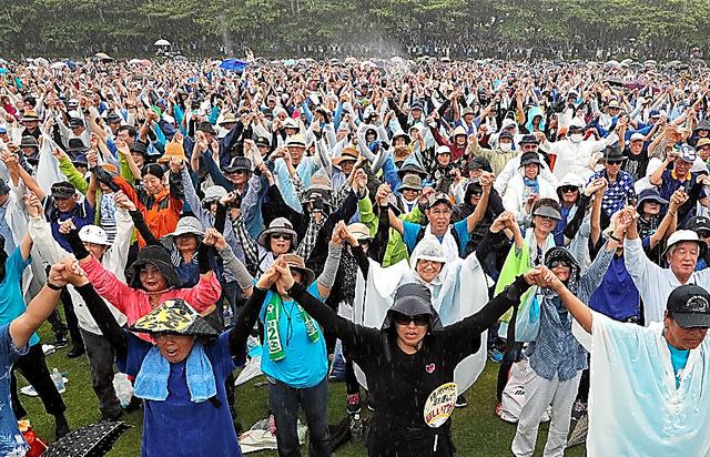 辺野古への基地移設をめぐる県民大会には大勢が詰めかけた=2018年8月11日、那覇市