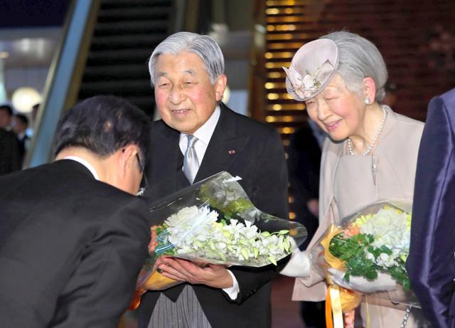 在位30年記念式典を終え、会場の国立劇場を出る天皇、皇后両陛下=2019年2月24日午後3時12分、東京都千代田区の国立劇場、代表撮影