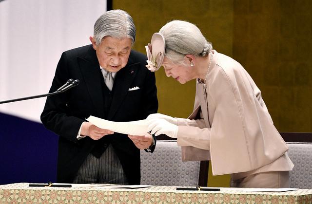 在位30年記念式典で、おことばを述べる天皇陛下を手伝う皇后さま=2019年2月24日午後3時1分、東京・国立劇場、代表撮影