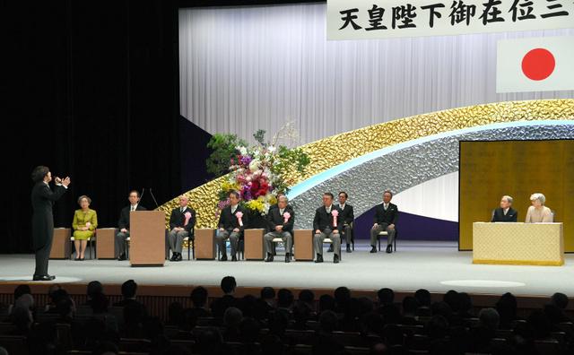 在位30年記念式典で「歌声の響」を披露する三浦大知さん(左端)=2019年2月24日午後2時48分、東京・国立劇場、代表撮影