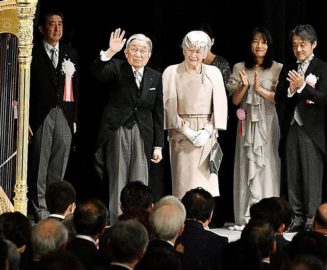 在位30年記念式典で、出席者から拍手を受ける天皇、皇后両陛下=いずれも24日午後、東京・国立劇場、代表撮影