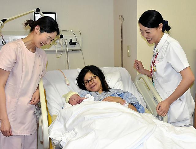 生まれたばかりの赤ちゃんとお母さんに声をかける助産師の本間永子さん(右)と平出深雪さん。「1時間前はおなかのなかにいたんだよねー」=諏訪市の諏訪赤十字病院