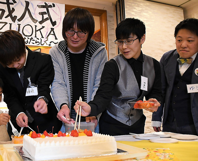 LGBT成人式で、記念のケーキにデコレーションをする参加者ら=2019年1月26日午後2時41分、静岡県富士市、松田果穂撮影
