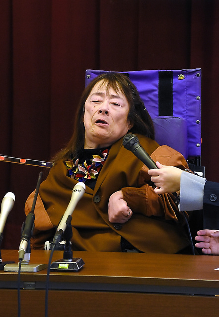 原告の鈴木由美さんは提訴後、裁判に込めた思いを語った=27日、神戸市中央区