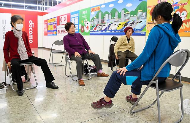 買い物の前に簡単な体操をする高齢者たち=2019年1月30日午前10時42分、愛知県長久手市戸田谷、申知仁撮影
