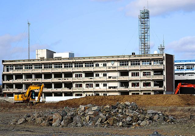 気仙沼向洋高校旧校舎の周辺では工事が進んでいた=宮城県気仙沼市、松本俊撮影