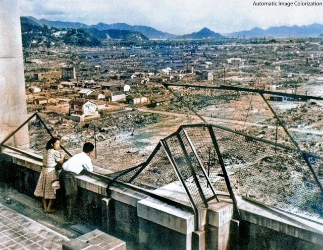焼け野原となった広島市内を見つめる若いカップル。撮影は1946年8月6日(東京大学の渡邉英徳教授提供)