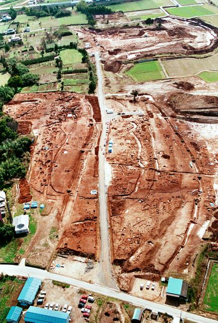 悠久の眠りから目覚めた吉野ケ里遺跡の巨大環濠集落=1989年