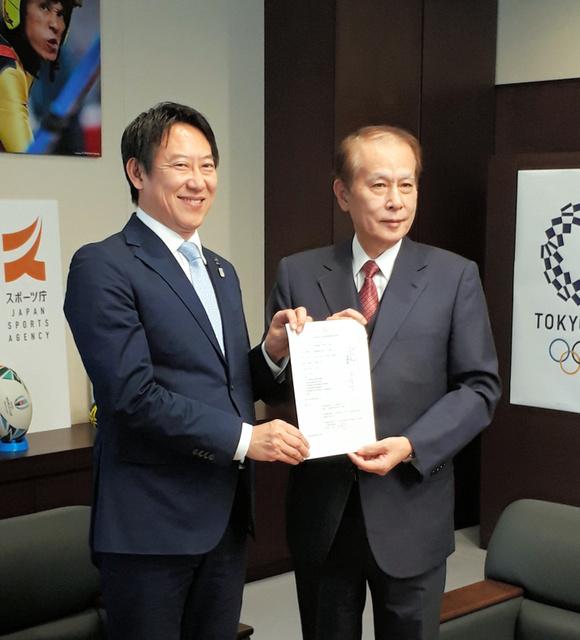 3月1日、大学スポーツ協会の設立をスポーツ庁の鈴木大地長官(左)に報告した、同協会の鎌田薫会長