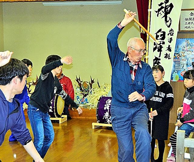 若者に舞を教える東梅英夫さん=2日、岩手県大槌町