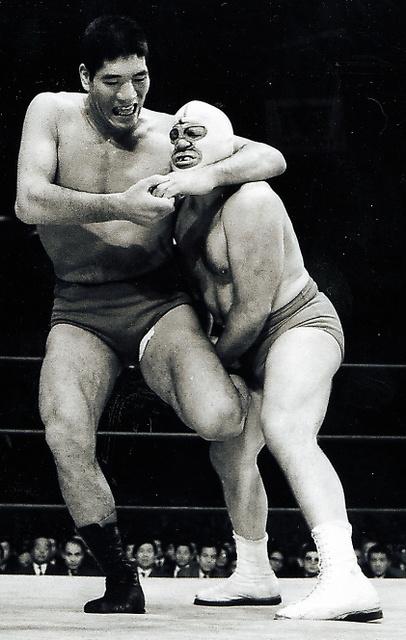 1969年、ジャイアント馬場(左)と対戦するザ・デストロイヤー=日刊スポーツ