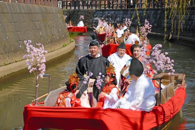 男びな女びなに扮した2人を乗せた舟を先頭に小野川を上り下った=2019年3月9日午前11時29分、千葉県香取市佐原イ、根岸敦生撮影