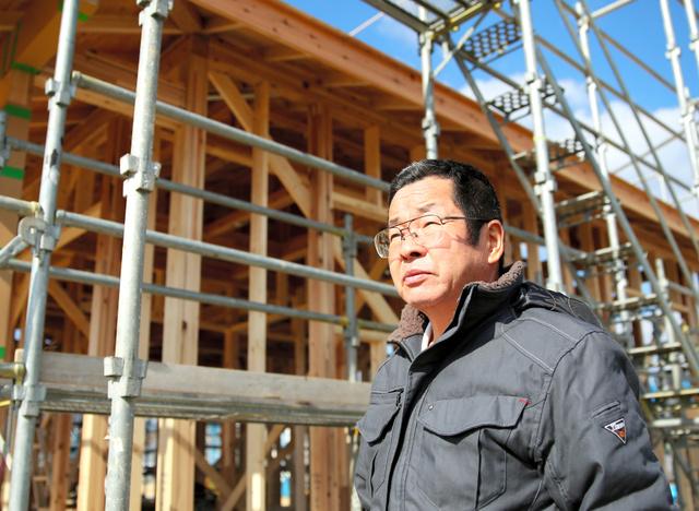 入居予定の災害公営住宅の前に立つ伏見明義さん=福島県大熊町、三浦英之撮影