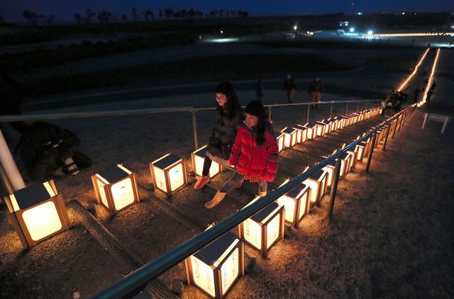 犠牲者を追悼する「希望の灯火」のイベントで、灯籠に火がともされた=2019年3月10日午後6時10分、宮城県岩沼市、金子淳撮影
