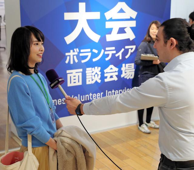 東京五輪・パラリンピックのボランティア希望者を取材する海外メディア=2019年2月