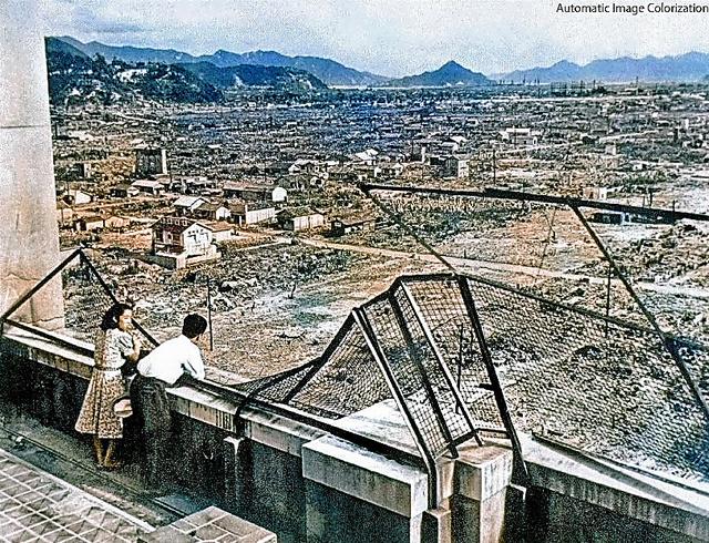 焼け野原となった広島市内を見つめる若いカップル=東京大学の渡邉英徳教授提供