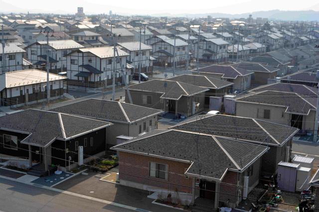 宮城県東松島市あおい地区。戸建てや集合型の復興住宅、集団移転で自力再建した住宅など500戸余りが並ぶ