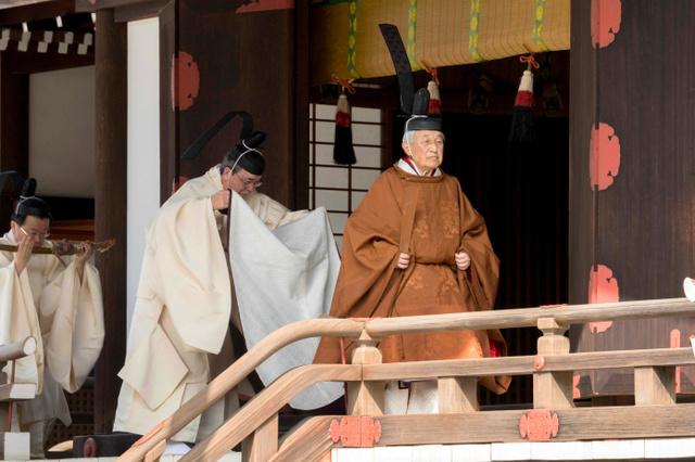 退位することと、その期日を報告する「奉告の儀」で拝礼を終え、退出する天皇陛下=2019年3月12日午前、皇居・賢所、宮内庁提供