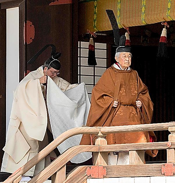 「奉告の儀」で拝礼を終え、退出する天皇陛下=12日午前、皇居・賢所、宮内庁提供