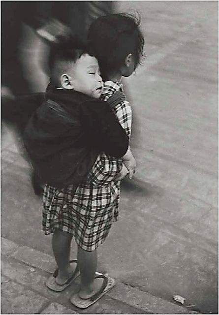 田沼武能「子守りする少女」(浅草、1950年)