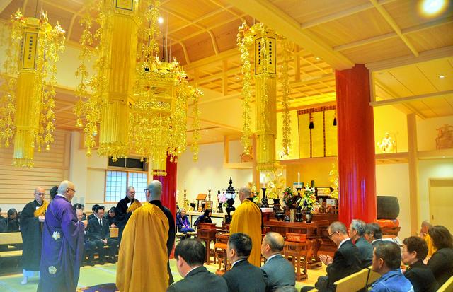 震災8年を経て再建した本堂で追悼法要が行われた=岩手県大槌町、江岸寺
